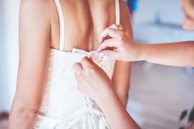 ubieranie sukni slubnej