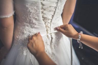 wiązanie sukni ślubnej