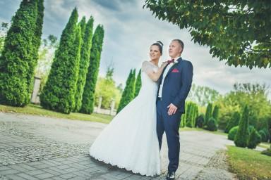 sesja ślubna przy kościele